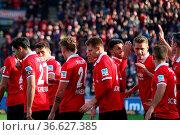Da kommt Freude auf: Die Freiburger Spieler feiern das 2:0 durch ... Стоковое фото, фотограф Zoonar.com/Joachim Hahne / age Fotostock / Фотобанк Лори