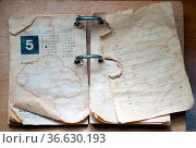 Alter Kalender mit Rissen und Flecken. Стоковое фото, фотограф Zoonar.com/lumen-digital / easy Fotostock / Фотобанк Лори