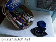 Tücher und Kipot liegen bereit für die Besucher der jüdischen Synagoge... Стоковое фото, фотограф Zoonar.com/Robert B. Fishman / age Fotostock / Фотобанк Лори