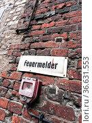 Alter Feuermelder an der Fassade einer alten Fabrik. Стоковое фото, фотограф Zoonar.com/Karl Heinz Spremberg / easy Fotostock / Фотобанк Лори