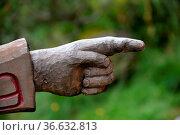 Rechts, richtung, wegweiser, anzeiger, richtungsanzeiger, schnitzerei... Стоковое фото, фотограф Zoonar.com/Volker Rauch / easy Fotostock / Фотобанк Лори