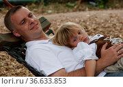 Vater mit seiner 3-jährigen Tochter beim Entspannen in der Hängematte. Стоковое фото, фотограф Zoonar.com/Karl-Heinz Spremberg / easy Fotostock / Фотобанк Лори