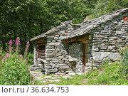Diese alten Hütten mit ihren typischen Steindächer sind als Zweitwohnung... Стоковое фото, фотограф Zoonar.com/Hans Eder / easy Fotostock / Фотобанк Лори