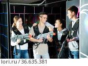 Friends talking on lasertag gaming arena. Стоковое фото, фотограф Яков Филимонов / Фотобанк Лори