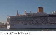 Luxury cruise liner coming in to dock. Стоковое фото, фотограф Данил Руденко / Фотобанк Лори