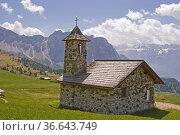 Kleine Bergkapelle auf einer Hochfläche im Grödner Tal. Стоковое фото, фотограф Zoonar.com/Christa Eder / easy Fotostock / Фотобанк Лори