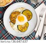 Vegan dish - fried eggplant with scrambled eggs closeup. Стоковое фото, фотограф Яков Филимонов / Фотобанк Лори