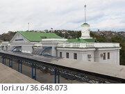 Железнодорожный вокзал в городе-герое Севастополе, Крым (2020 год). Редакционное фото, фотограф Николай Мухорин / Фотобанк Лори