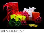 Geschenke, Weihnachtskugeln und Sterne in neonfarben auf schwarzem... Стоковое фото, фотограф Zoonar.com/Helma Spona / age Fotostock / Фотобанк Лори