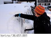 Schnee, Eis , Auto, winter, eiskratzen, eis kratzen, winterlich, verschneit... Стоковое фото, фотограф Zoonar.com/Volker Rauch / easy Fotostock / Фотобанк Лори