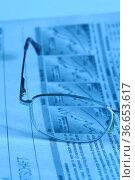 Aufgeschlagene Zeitung mit Aktienkursen und Brille. Стоковое фото, фотограф Zoonar.com/Jens Schmitz / age Fotostock / Фотобанк Лори
