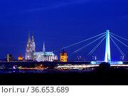 Kölner Dom mit Severinsbrücke im Vordergrund bei Nacht. Стоковое фото, фотограф Zoonar.com/Jens Schmitz / age Fotostock / Фотобанк Лори