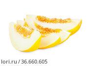 Vier Stücke einer reifen Honigmelone isoliert vor weißem Hintergrund. Стоковое фото, фотограф Zoonar.com/Thomas Klee / easy Fotostock / Фотобанк Лори