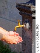 Hände waschen - washing hands 11. Стоковое фото, фотограф Zoonar.com/LIANEM / easy Fotostock / Фотобанк Лори