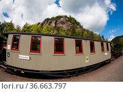 Blick über die Schmalspurbahn zum Berg des Kloster Oybin. Стоковое фото, фотограф Zoonar.com/Daniel Kühne / easy Fotostock / Фотобанк Лори