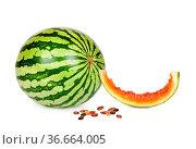 Ganze Wassermelone und abgekautes Stück mit Kernen isoliert vor weißem... Стоковое фото, фотограф Zoonar.com/Thomas Klee / easy Fotostock / Фотобанк Лори