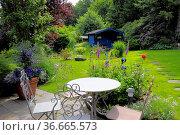 Zierrasen, Gartenhaus, Gartentisch mit Stuhl, Стоковое фото, фотограф Zoonar.com/Bildagentur Geduldig / easy Fotostock / Фотобанк Лори