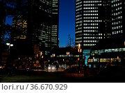 Abend , Frankfurt, taunusanlage, s-bahn, bahn, bahnstation, hochhaus... Стоковое фото, фотограф Zoonar.com/Volker Rauch / easy Fotostock / Фотобанк Лори
