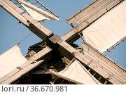 Flügelkreuz einer historischen Kappenwindmühle. Стоковое фото, фотограф Zoonar.com/Martina Berg / easy Fotostock / Фотобанк Лори