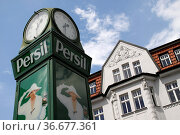 Uhr mit Persil-Werbung in Mühlhausen. Стоковое фото, фотограф Zoonar.com/Martina Berg / easy Fotostock / Фотобанк Лори