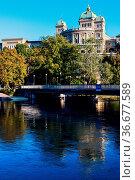 Bundeshaus and Aare River in Bern. Bern, Bern-Mittelland, Switzerland. Стоковое фото, фотограф Zoonar.com/Henryk Sadura / easy Fotostock / Фотобанк Лори