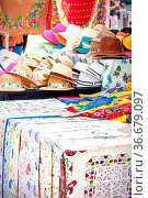 Verkaufsstand mit Hüten, bestickten Tischdecken und anderen Stoffwaren... Стоковое фото, фотограф Zoonar.com/Simone Buehring / easy Fotostock / Фотобанк Лори