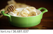 Homemade cottage cheese in a bowl with bananas and honey. Стоковое видео, видеограф Peredniankina / Фотобанк Лори