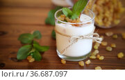 Sweet homemade yogurt with raisins in a glass. Стоковое видео, видеограф Peredniankina / Фотобанк Лори