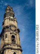 Upward shot of Torre dos Clérigos (Clérigos Tower) - Porto, Portugal... Стоковое фото, фотограф Mehul Patel / age Fotostock / Фотобанк Лори