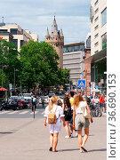 Frankfurt, Deutschland - Juli 06, 2019: Fußgänger und Besucher bei... Стоковое фото, фотограф Zoonar.com/Bastian Kienitz / age Fotostock / Фотобанк Лори
