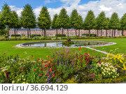 Шветцинген, Германия. Живописная аллея с фонтаном в парке замка (Schloss Schwetzingen) (2017 год). Стоковое фото, фотограф Rokhin Valery / Фотобанк Лори