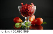 A handful of dried tomatoes and fresh tomatoes. Стоковое видео, видеограф Peredniankina / Фотобанк Лори