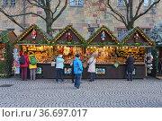 Палатки с рождественскими украшениями на рождественском базаре в Штутгарте, Германия (2017 год). Редакционное фото, фотограф Михаил Марковский / Фотобанк Лори