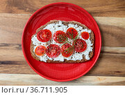 Tomatenbrot auf rotem Teller und Holz. Стоковое фото, фотограф Zoonar.com/WSF / easy Fotostock / Фотобанк Лори