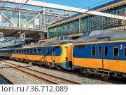 Dutch intercity train at central station of Den Bosch, The Netherlands. Стоковое фото, фотограф Zoonar.com/T.W. van Urk / easy Fotostock / Фотобанк Лори