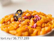 Wedding rings on a yellow stones. accessories wedding close-up. selective... Стоковое фото, фотограф Zoonar.com/Konstantin Malkov / easy Fotostock / Фотобанк Лори