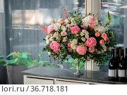 Arrange flowers in a white roman vase. Стоковое фото, фотограф Zoonar.com/Konstantin Malkov / easy Fotostock / Фотобанк Лори