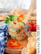 Leckerer Ptitim / Israeli Couscous Salat mit frischem Gemuese. Стоковое фото, фотограф Zoonar.com/Barbara Neveu / easy Fotostock / Фотобанк Лори