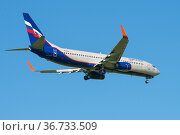 """Самолет Boeing 737-8LJ """"А Громыко"""" (VQ-BVV) авиакомпании Аэрофлот на глиссаде в голубом безоблачном небе. Редакционное фото, фотограф Виктор Карасев / Фотобанк Лори"""