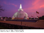 Наступление ночи у древней дагобы Ruwanweli Maha Seya. Анурадхапура, Шри-Ланка (2020 год). Стоковое фото, фотограф Виктор Карасев / Фотобанк Лори