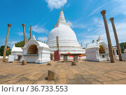 У древней дагобы Тхупарама солнечным днем. Анурадхапура, Шри-Ланка (2020 год). Стоковое фото, фотограф Виктор Карасев / Фотобанк Лори