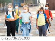 Tween boys and girls in protective masks going to school lessons. Стоковое фото, фотограф Яков Филимонов / Фотобанк Лори