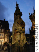 """Germany, Bremen - The Roland, a landmark of the Hanseatic city in the evening twilight on the market place"" Редакционное фото, агентство Caro Photoagency / Фотобанк Лори"