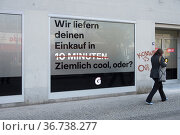 """""""Berlin, Germany, Mitte - Advertising for an online shopping app in a shopping street"""" Редакционное фото, агентство Caro Photoagency / Фотобанк Лори"""