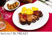 Just prepared honey glazed beef ribs with potato. Стоковое фото, фотограф Яков Филимонов / Фотобанк Лори