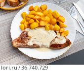 Roquefort veal steak served with fried potato. Стоковое фото, фотограф Яков Филимонов / Фотобанк Лори