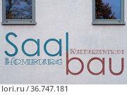 Ein Ausschnitt der Fassade des Kulturzentrums Saalbau Homburg einer... Стоковое фото, фотограф Zoonar.com/Bastian Kienitz / easy Fotostock / Фотобанк Лори