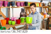 Woman choosing pots for plants in store. Стоковое фото, фотограф Яков Филимонов / Фотобанк Лори