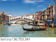 View of the Grand Canal in Venice with the Rialto Bridge and gondolas. Italy (2017 год). Редакционное фото, фотограф Наталья Волкова / Фотобанк Лори