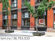 Fishs Eddy,  store selling dinnerware, flatware and glassware in Gramercy Park area of New York City. Редакционное фото, фотограф Валерия Попова / Фотобанк Лори